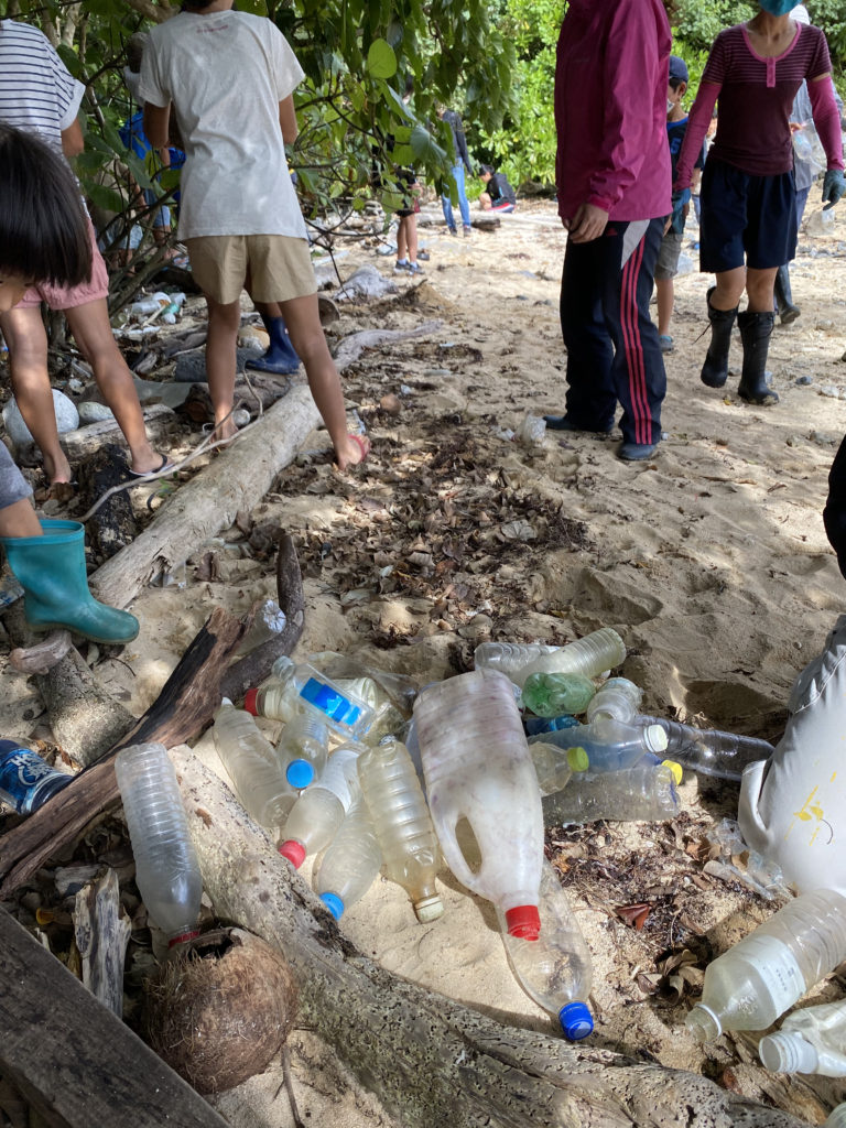 砂浜にペットボトルのごみ