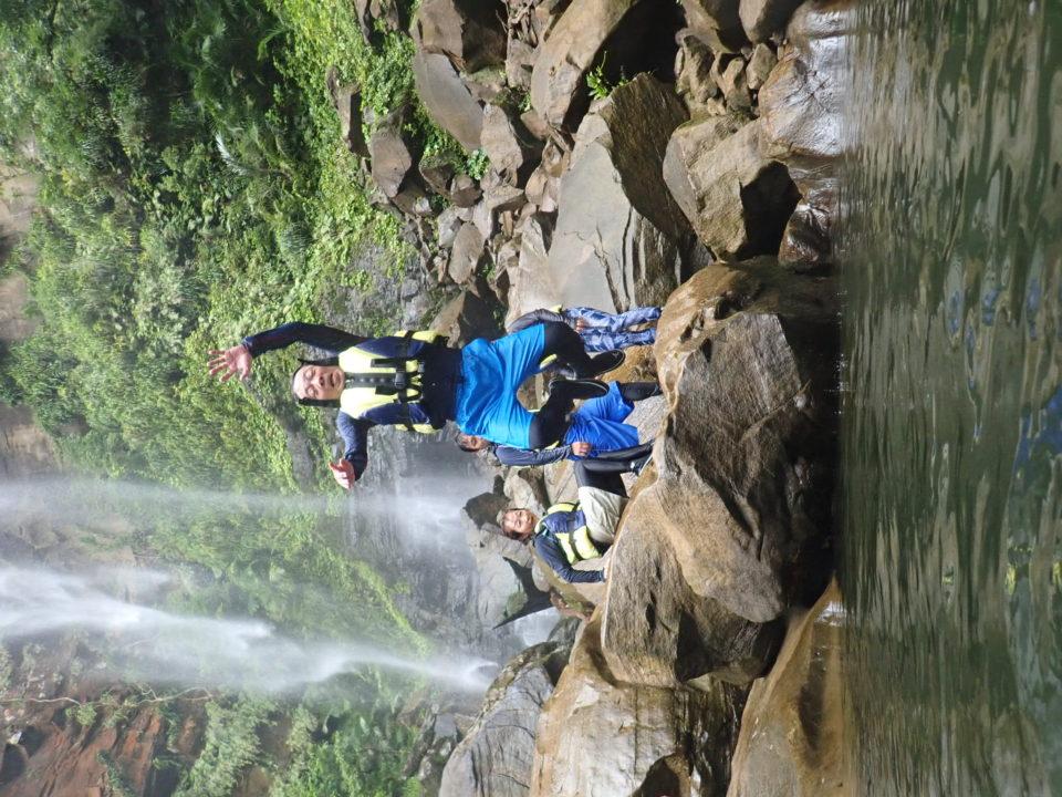滝壺にジャンプ