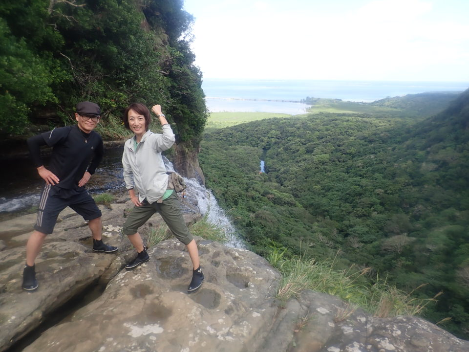 絶景の滝でポーズ