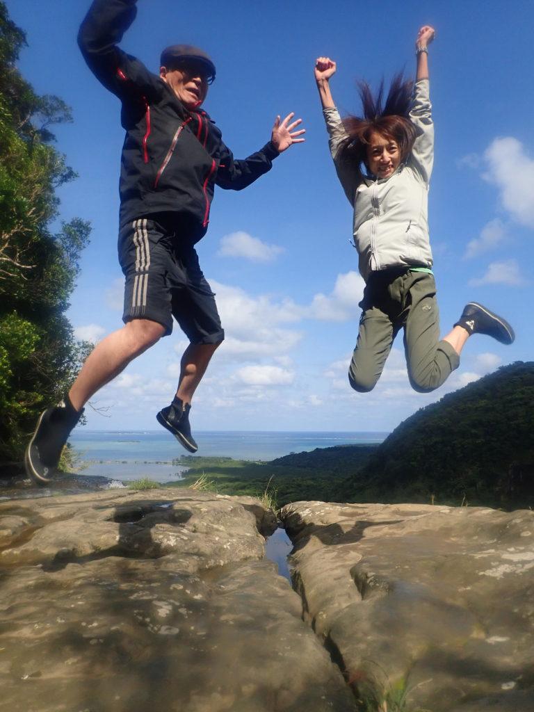 カップルでジャンプ写真