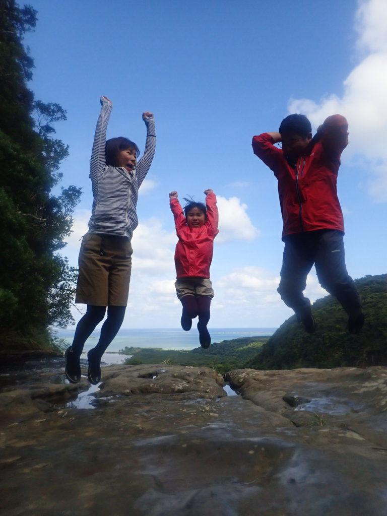 家族でジャンプ写真