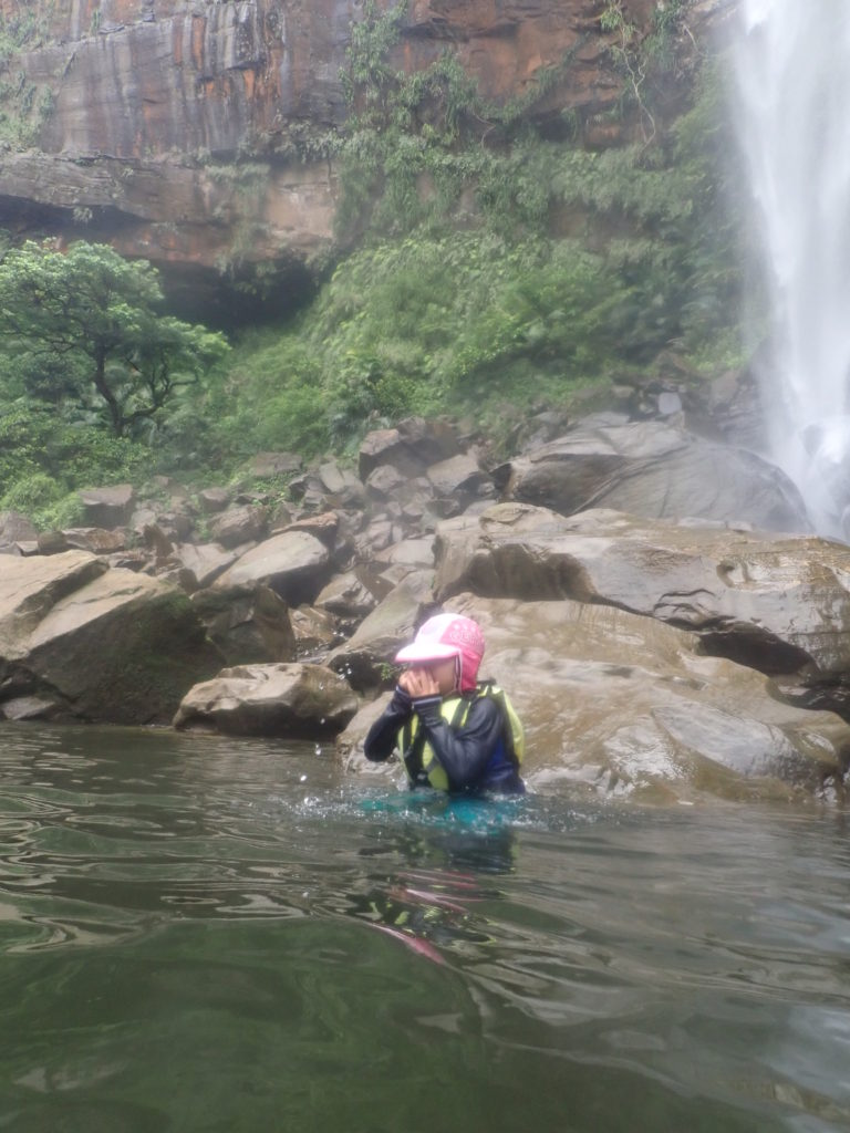ピナイサーラの滝に飛び込む