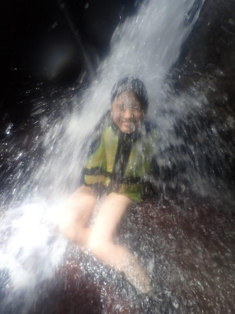 真水を浴びる小学生