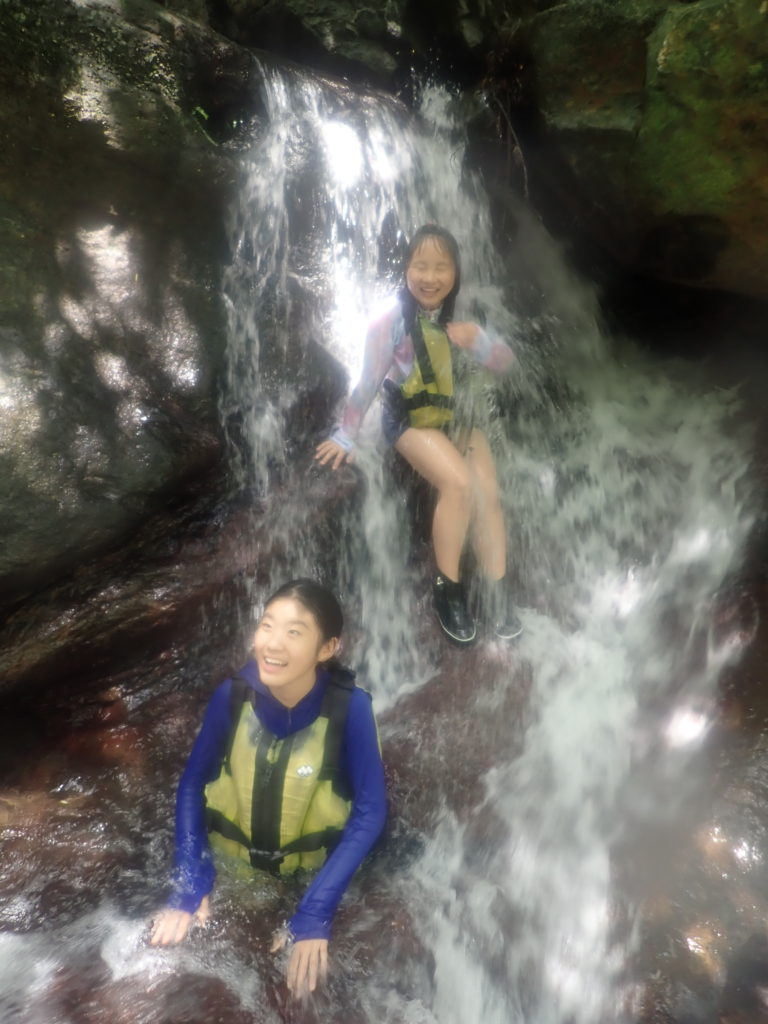 山の水を浴びる西表島ツアー