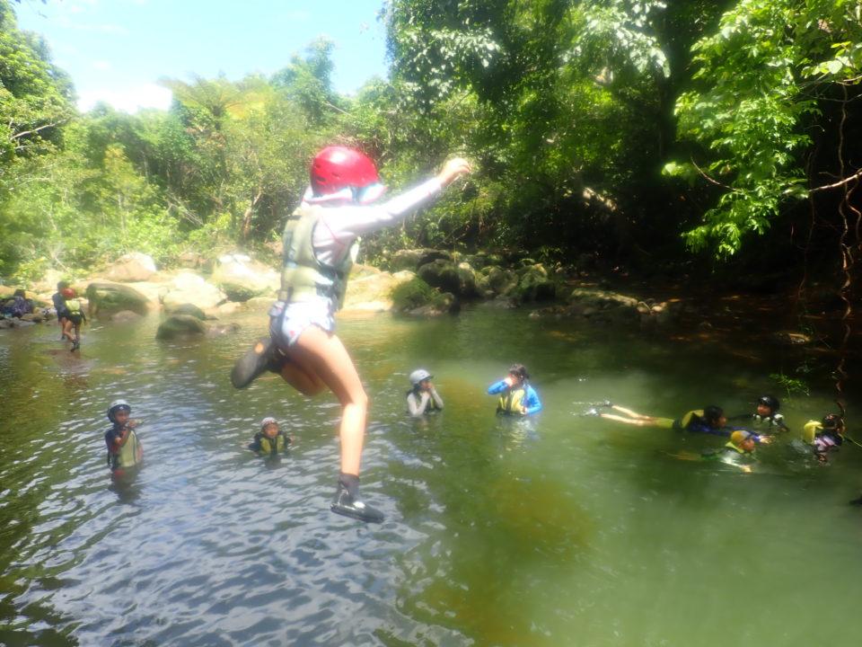 ジャングルで滝壺に飛び込む