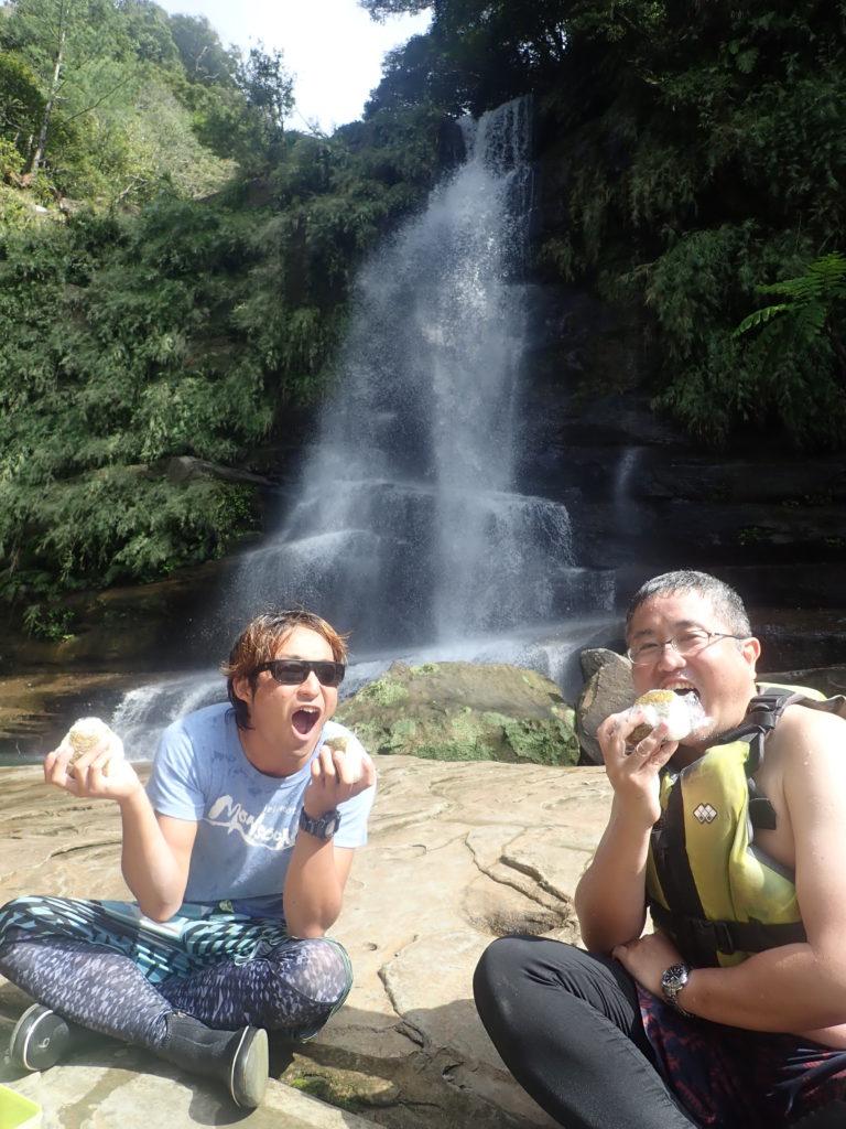 滝で遊ぶツアーの昼食