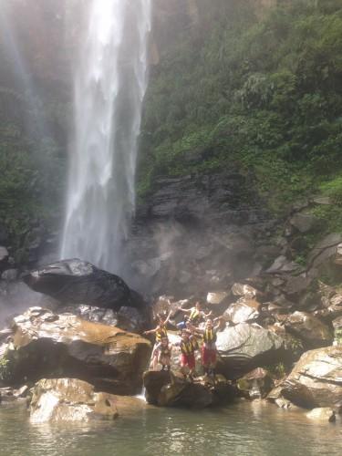 滝壺に飛び込む学生