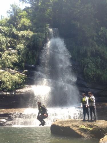 滝壺でジャンプ