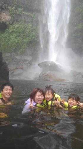 台風の後の滝