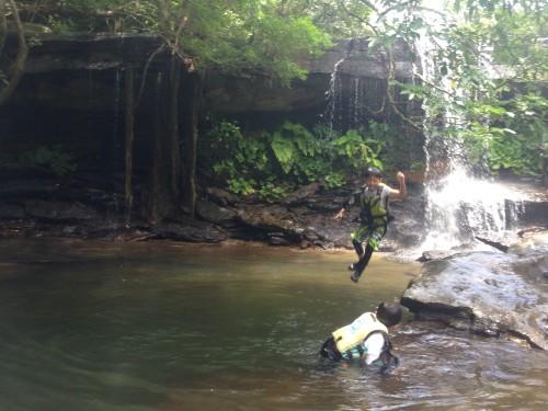 西表島の滝ジャンプ