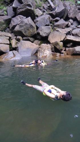 滝壺で泳ぐ!