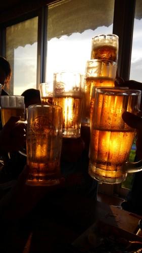 夕陽ごしのビール