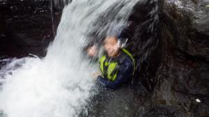 アダナデの滝を浴びる